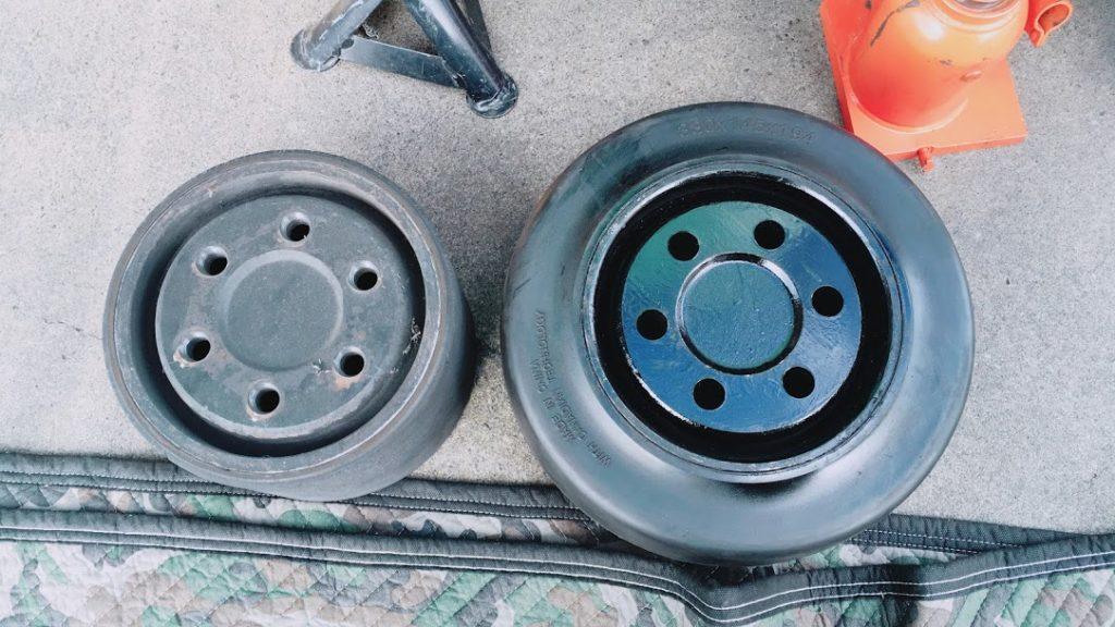 交換前のタイヤと使用済みのタイヤ