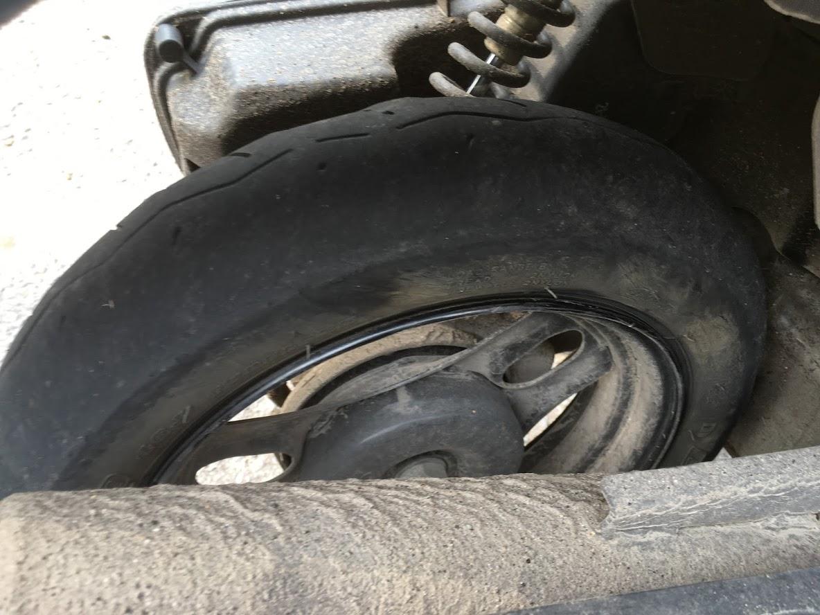 パンクした原付のタイヤ
