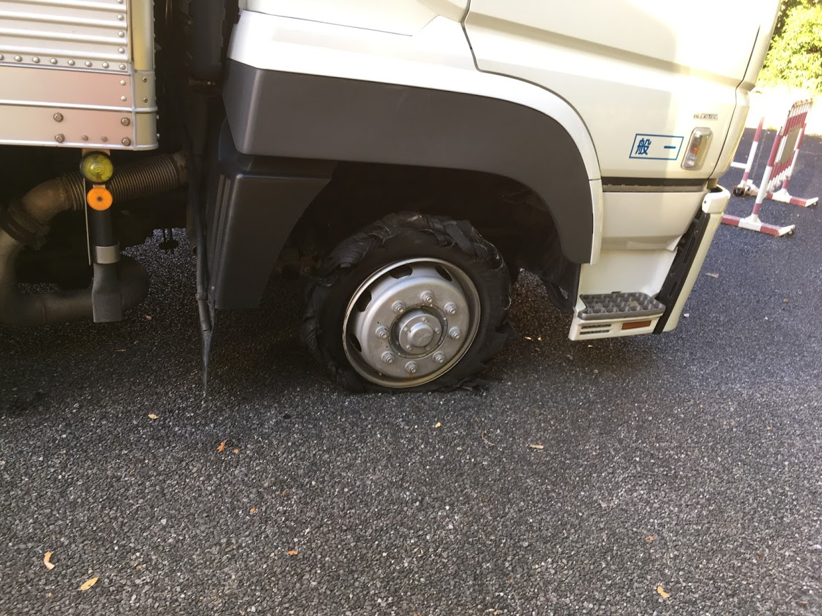 大型トラックのスペアタイヤ交換