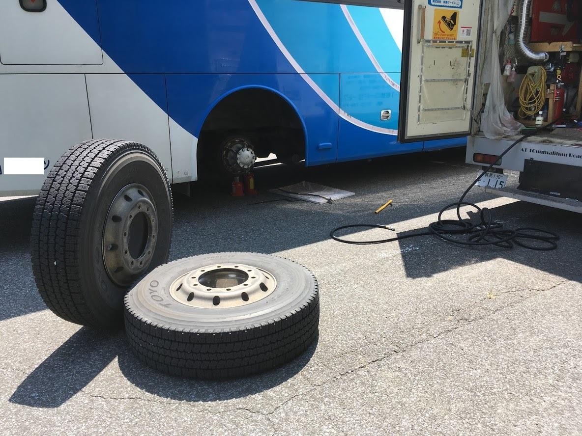 バスのスペアタイヤ交換