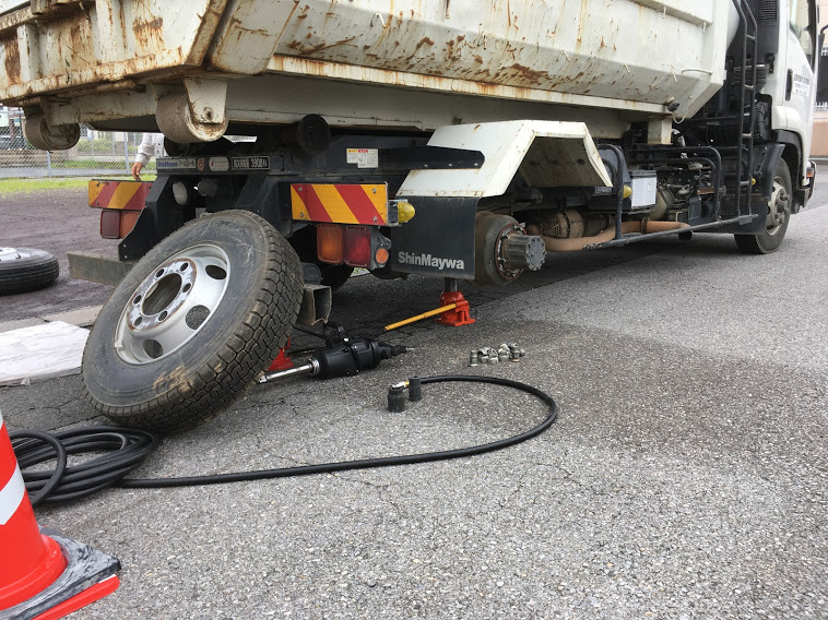トラックのスペアタイヤ交換