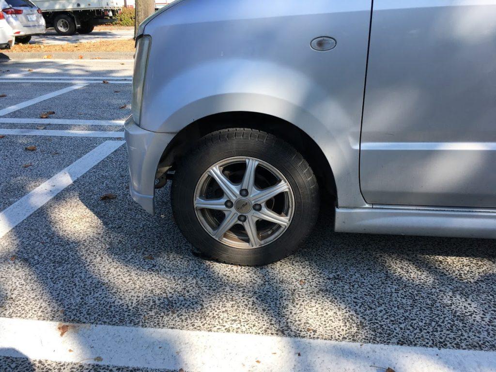 タイヤ破損のワゴンR