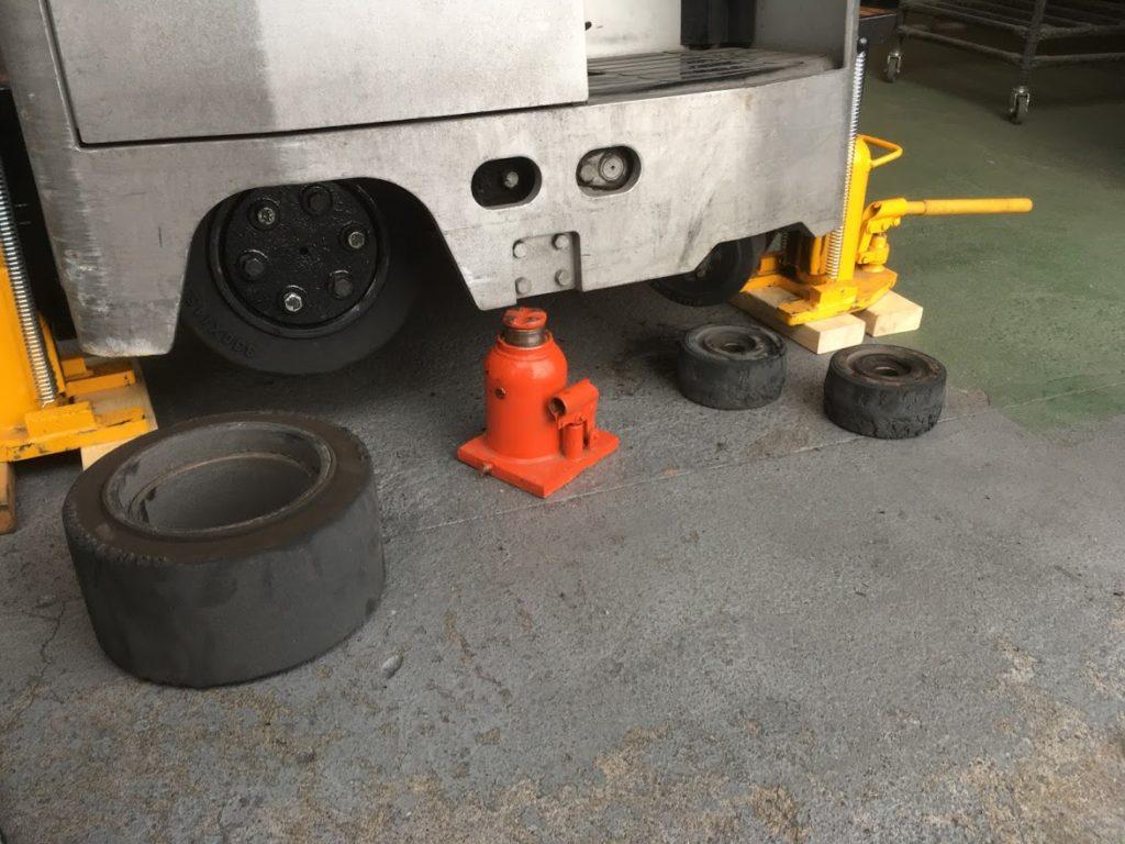 リーチフォークリフトの出張タイヤ交換